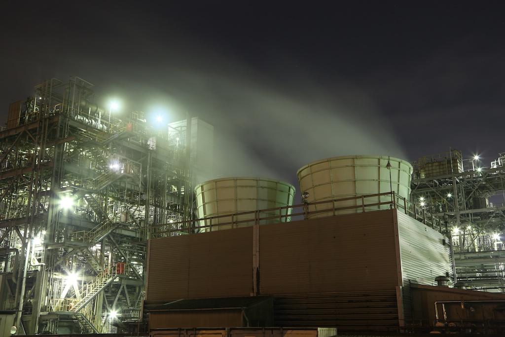 巨大なダクトから立ち上る蒸気を露光時間8秒で流し、肉眼には見えない写真的な表現で撮影しました。