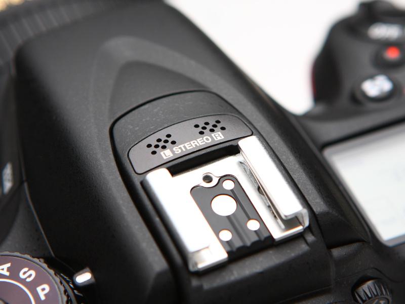 D7000ではモノラルであった内蔵マイクはステレオに。マイクの配置される場所もペンタ部の一等地となった。