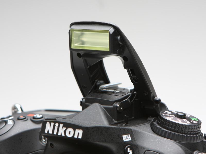 内蔵ストロボはガイドナンバー12(ISO100・m)。アドバンストワイヤレスライティング対応のコマンダー機能を搭載しており、外部ストロボを使った多彩なライティングが楽しめる。
