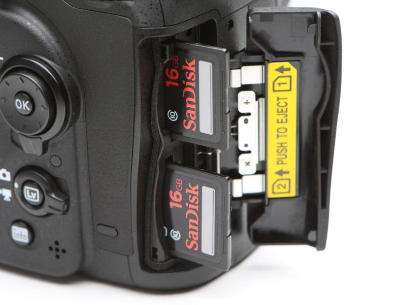 D7000と同じくSDカードスロットはダブルとしている。順次記録、同時記録、RAW+JPEG分割記録のほか、カード間のコピーも新たに可能としている。