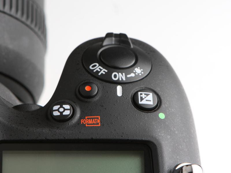 D800/D800EやD600などと同様、動画撮影ボタンがシャッターボタン近くに備わる。露出補正ボタンは従来通りの位置にある。