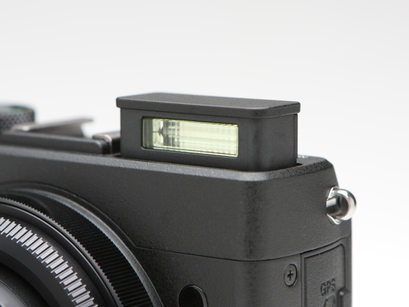 ポップアップ式ストロボのガイドナンバーは6(ISO100・m)。TTL自動調光のほか、マニュアル発光も可能としている。