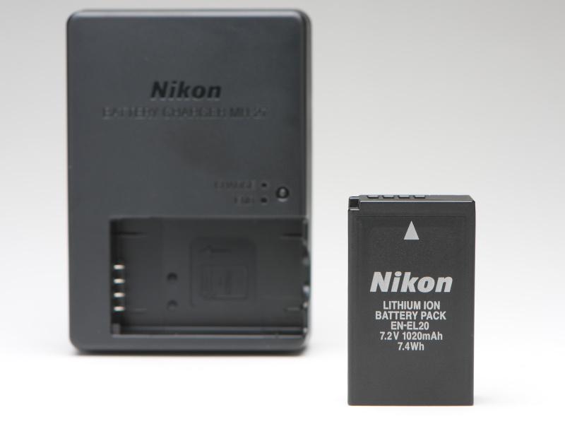 バッテリーは「Nikon 1 J3」などと同じEN-EL20を採用。撮影可能枚数は約230枚とのことだが、ストロボを使わなければさらに枚数は伸びるだろう。チャージャーも付属する。