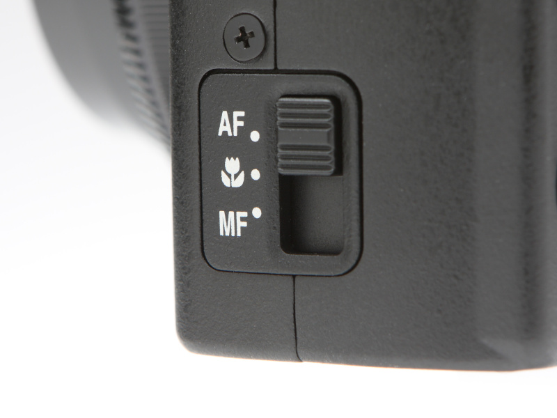 フォーカスモードセレクターで、AFのほかマクロAFとMFの切り換えを行なう。マクロAF使用時の最短撮影距離はレンズ前約10cm。