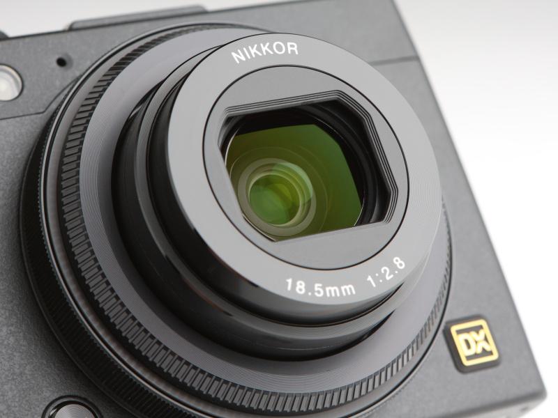レンズは約28mm相当の「NIKKOR 18.5mm F2.8」を搭載する。鏡筒は沈胴式で、このクラスには珍しくレンズバリアも備えている。