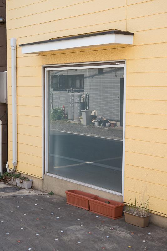 仕事場の窓を外から見たところ。透明のガラスに目隠し用のフィルムが張ってスリガラスのようになっている。このガラス窓をフィルターとして使ってみる。