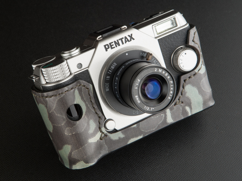 リコイルのPENTAX Q10用ケースは、カモフラ柄のレザーという発想が新鮮だ