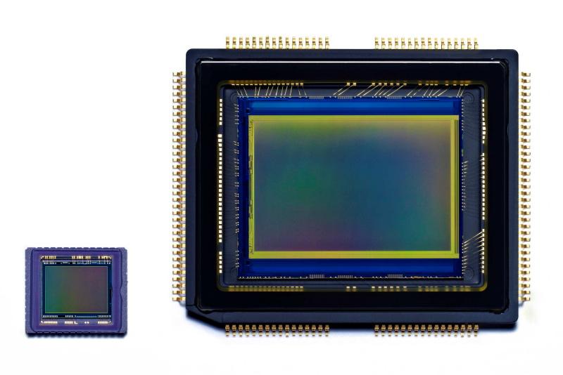 1/1.7型CCD(左)から、APS-Cサイズ相当の有効1,620万画素CMOS(右)に変更。フル画素記録時のアスペクト比は3:2となる。
