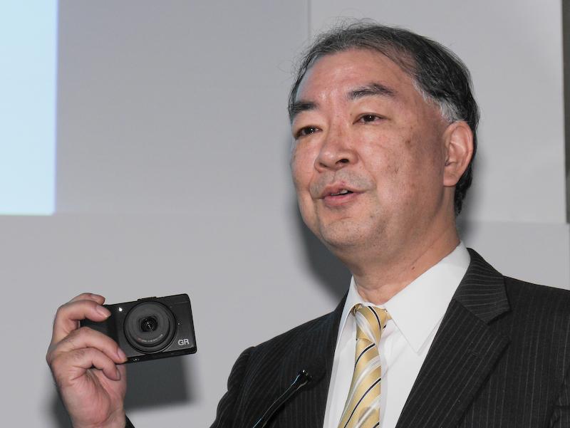 GRを手にするペンタックスリコーイメージング代表取締役社長の赤羽昇氏。
