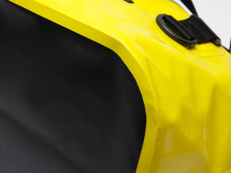 トートバッグ底面の接合部。糸で縫われていない。これが高い防水性能につながっている
