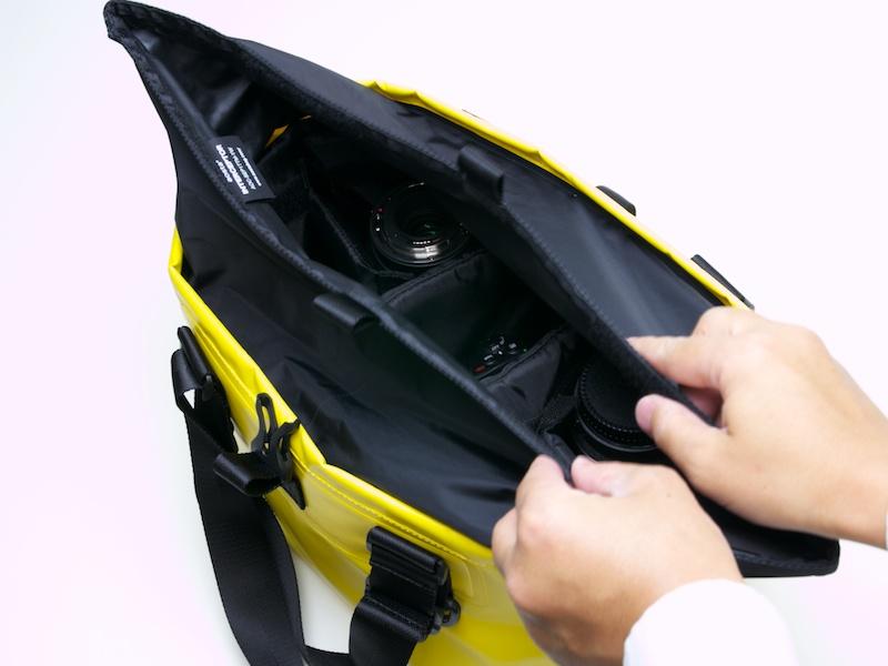 ロールアップ式カバーの閉め方。素早く閉じられる上に、防水性能も確保している
