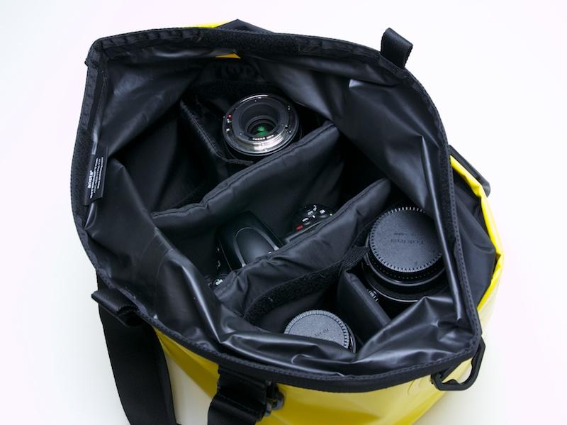 収納例。35mmフルサイズボディ、レンズ3本が入った上で、小物やクリップオンストロボなどを入れられそうなスペースが確保でできた