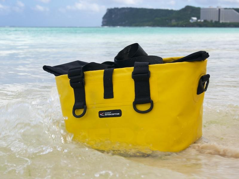 さすがに上から波をかぶると内部に水が入る可能性が高いが、底面や側面なら大丈夫。波打ち際や渓流で心強い