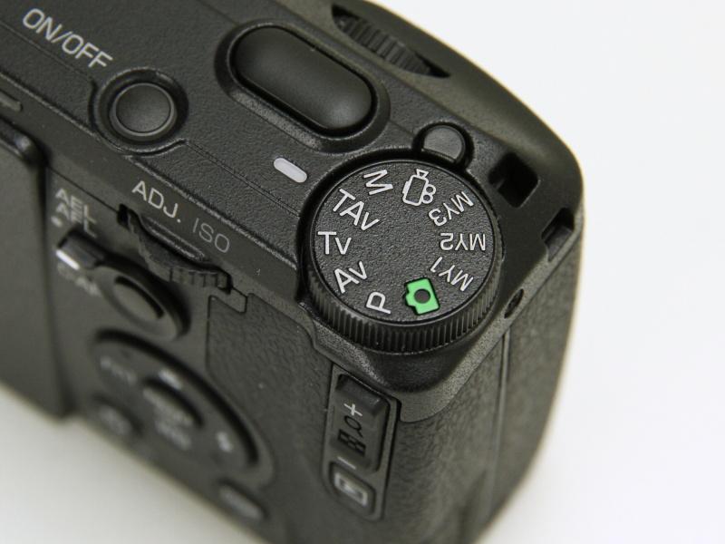 モードダイヤルの表記がペンタックスのカメラにならったものになった。TAvモードはGRシリーズ初搭載。動画は専用モードを搭載し、「SCENE」モードがなくなった。