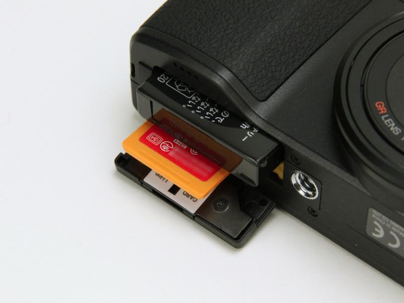 バッテリーおよび記録メディアスロット。Eye-Fi X2の連動機能や選択転送機能を利用可能