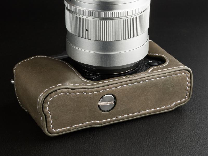 付属のネジでカメラ本体の三脚穴に固定する。コインなどでネジを締める