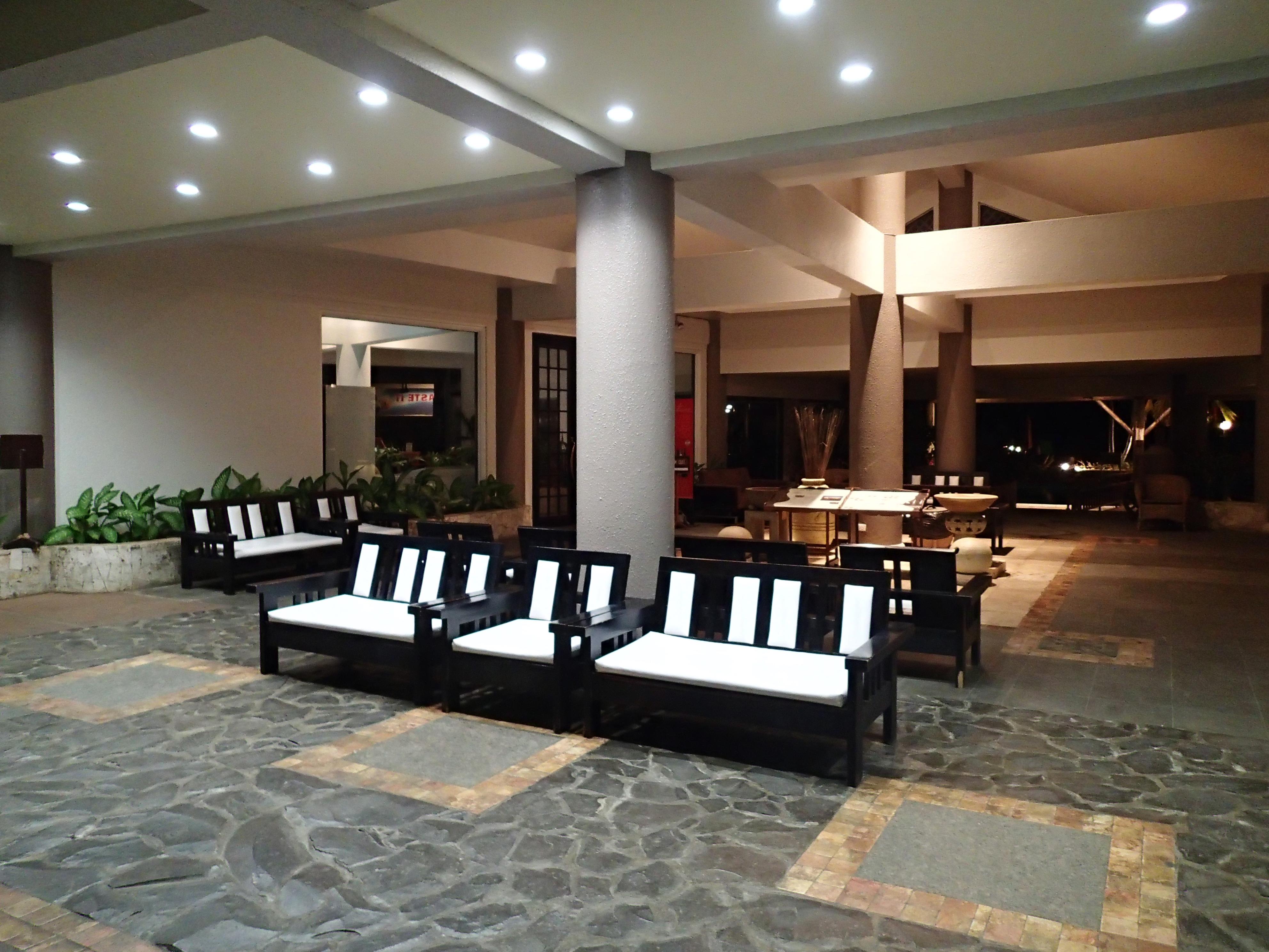 ホテルの送迎で深夜のロビーに到着。ISOオートで撮影したところ、広角端F2の明るさのおかげで、感度はISO640に抑えられている
