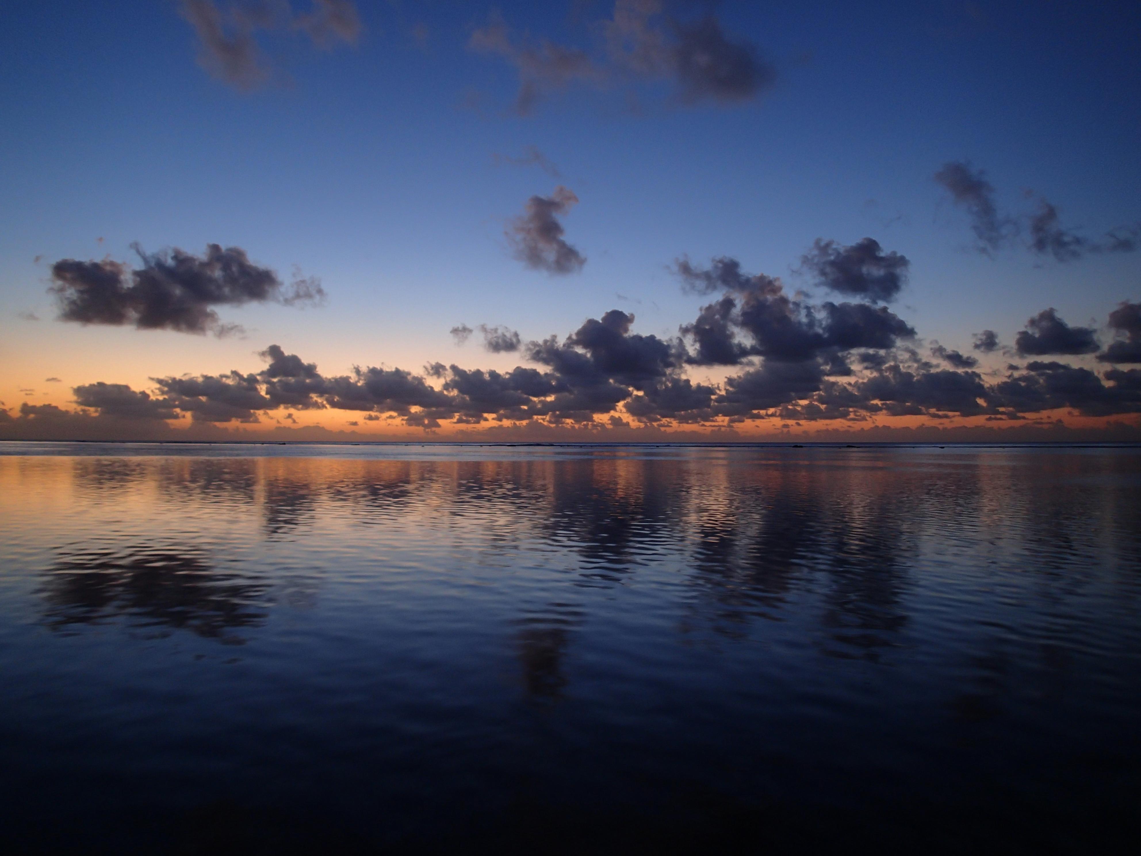 日没直後の水平線。SCN(シーン)モード「夕日」で撮影。レンズの明るさと手ブレ補正の相乗効果もあり、ISO100で撮影できた
