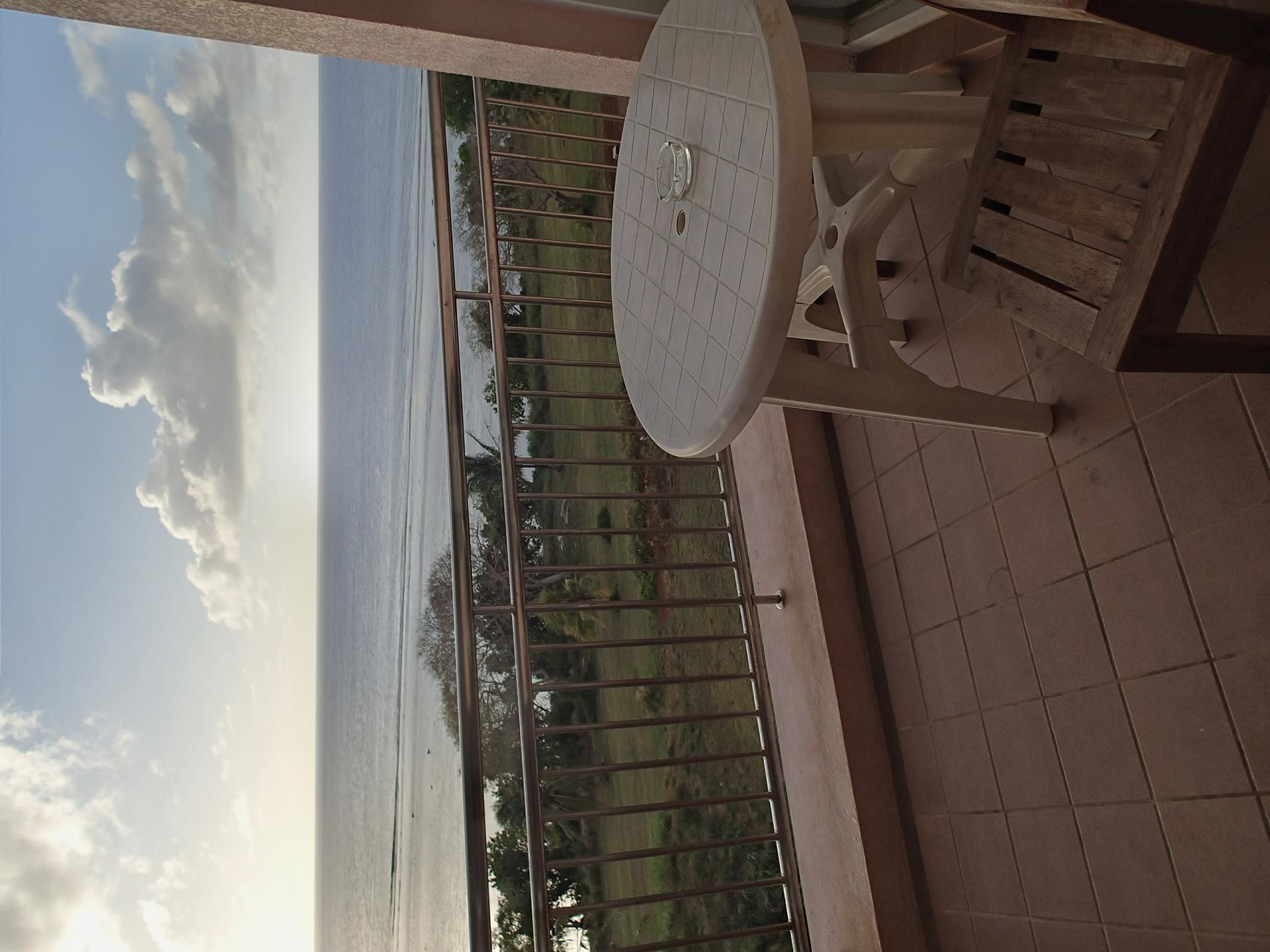 4階ベランダからの眺め。夕日がきれいだった。左がコンバータレンズなしでの広角端(25mm相当)、右がフィッシュアイコンバーターレンズ装着時(18.5mm相当)での撮影。