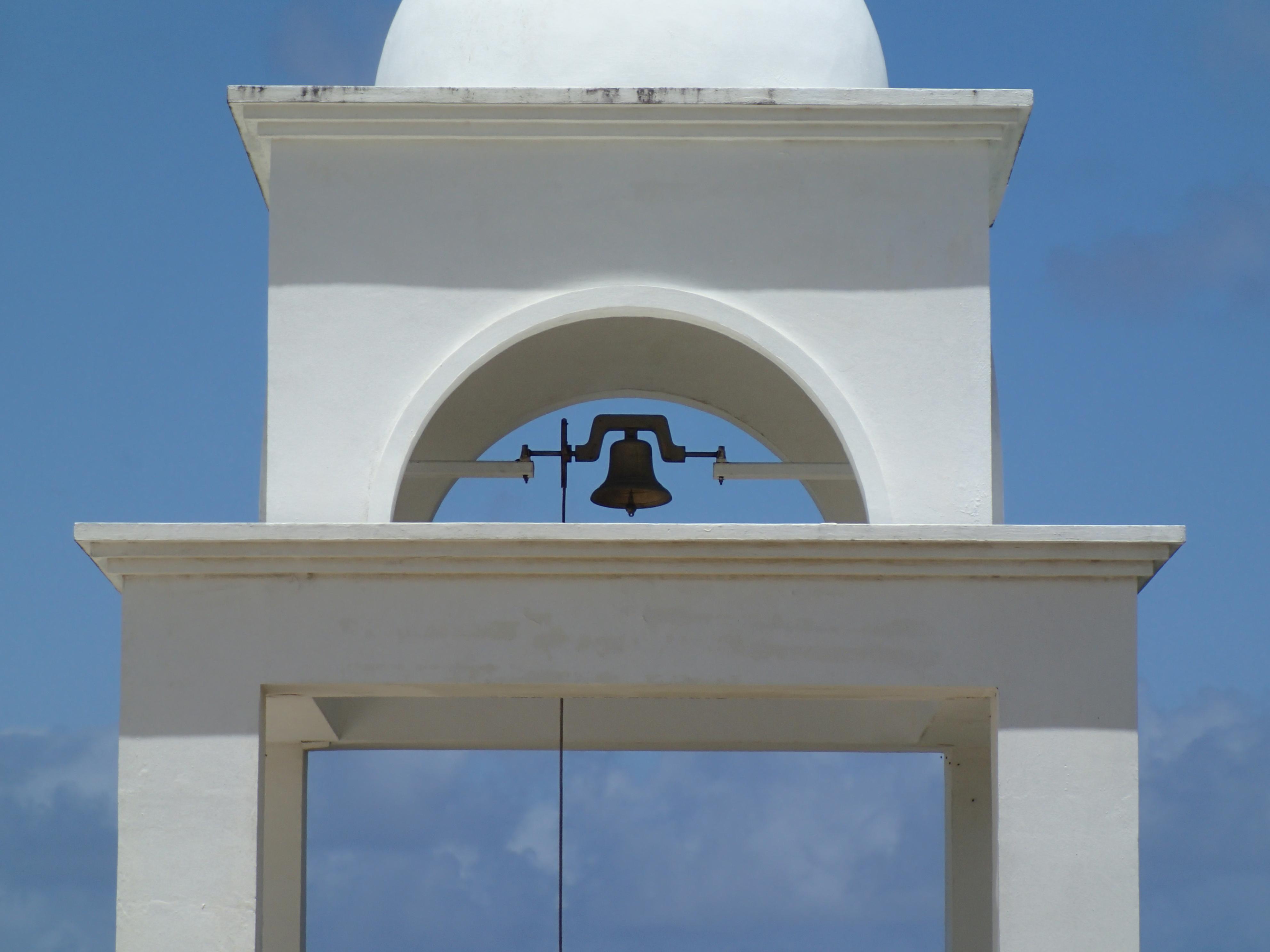 ホテル内にあるチャペルの鐘。左から広角端(25mm相当)、望遠端(100mm相当)、テレコンバーターレンズTCON-01装着時の望遠端(170mm相当)。TCON-01は、遠くのランドマークなどを大きく写したいときに使える