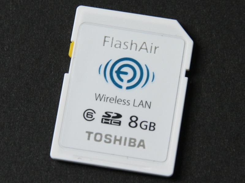 無線LAN機能を内蔵したFlashAir。濡れた状態で画像を転送できることから、防水デジカメとの相性も良い