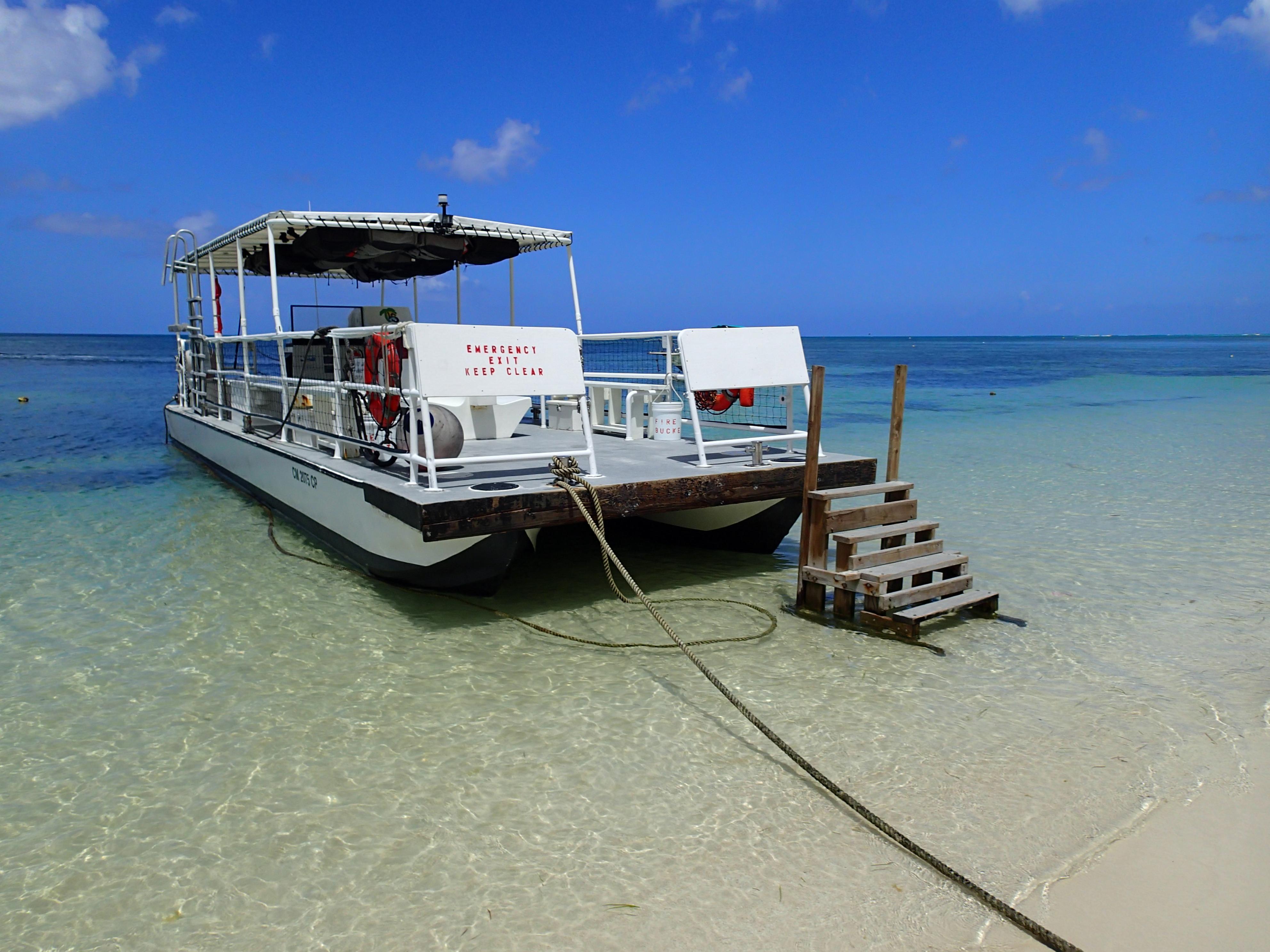 ガラパンのマイクロビーチに係留されていたボート。とにかく海がきれい。露出補正なしでも明るく撮れた