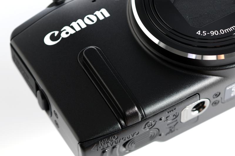 ホールド感を高めてくれているのが、このパーツ。さりげない見た目で、SX280 HSのシンプルなフォルムを損なわない