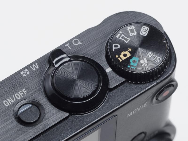 基本的に「押すだけで簡単に撮れる」というコンセプトのカメラ。ボタン類は比較的少なく、分かりやすいスッキリとした配置だ。
