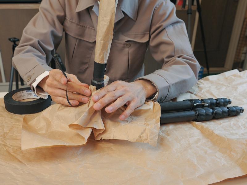 机には紙を敷き、パイプも紙でくるむなどして保護する。