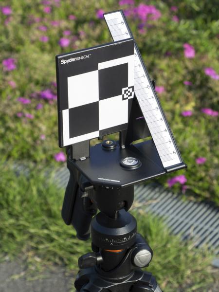 """ターゲットして、フォーカス精度を確認するための立体スケール「<a class="""""""" href=""""http://www.datacolor.jp/products/camerasolutions/spyderlenscal.html"""">datacolor Spyder LENSCAL</a>」を使用した。明確にAFが反応する白と黒のコントラストの高いキューブパターンと、そこから実際のフォーカス位置までのズレを正確に確認することができるスケールとで構成されている製品だ。"""