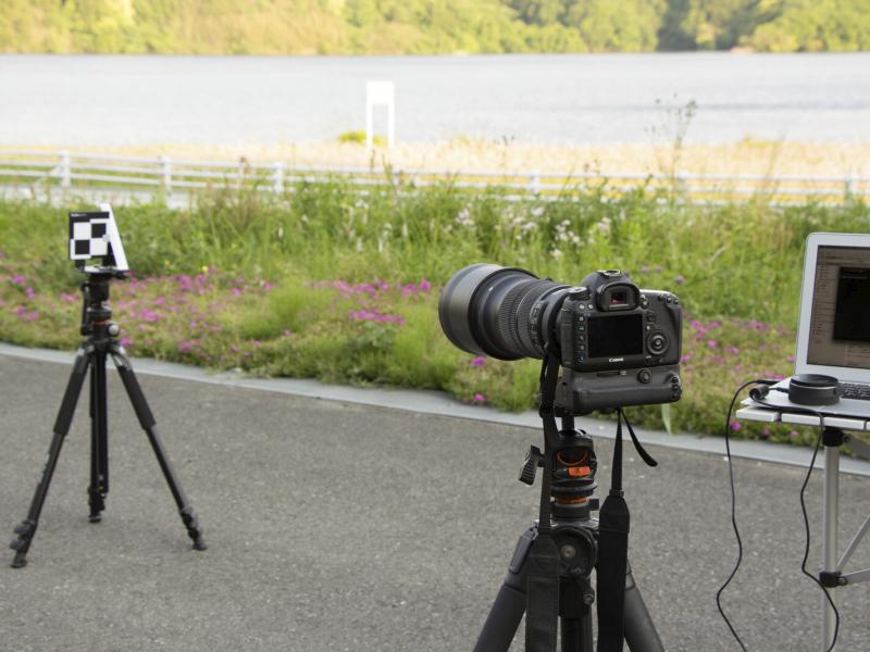 今回はシグマのSportsラインに属する120-300mm F2.8 DG OS HSMを実際にフォーカス調整していく。まずはターゲットを三脚などに取り付け任意の場所に立て、それにカメラを向けて三脚に固定する。このとき可能な限りターゲットとカメラは正対するように位置、高さを合わせる。今回は300mmに焦点距離を合わせ、実際にAFでフォーカスを合わせたうえで撮影する。