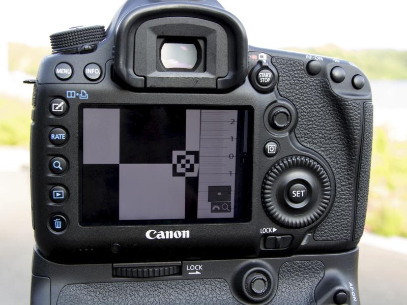 撮影した画像でピント位置にズレがあるかをよく確認する。カメラの液晶モニターなら拡大表示で確認。より正確に判断するならばパソコンに取り込んで等倍拡大してズレの有無、方向と度合いを確認する。