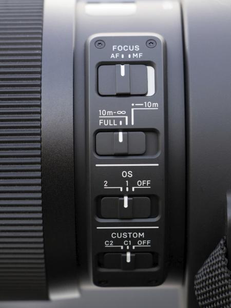 Sportsラインに属する120-300mm F2.8 DG OS HSMには2つのカスタムスイッチ「C1」と「C2」が搭載されている。それぞれにカスタムモードを登録することで、被写体や撮影環境に合わせて切り替えて撮影できる。