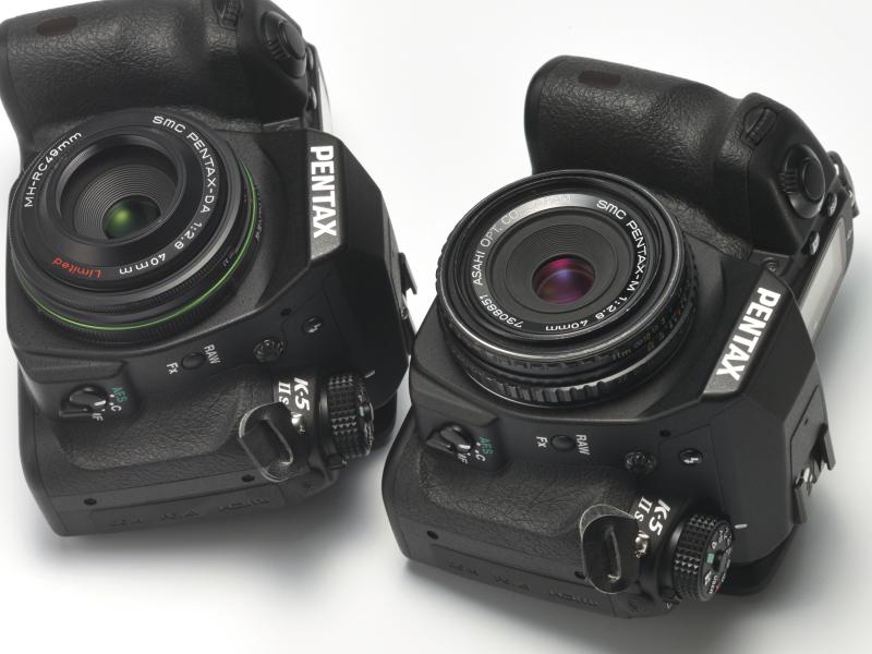 旭光学伝統の4群5枚構成の光学系を持つ2本の40mm F2.8。真正テッサーの3群4枚とは違うが、抜けのよい描写とコンパクトさは、最近流行のダブルガウスタイプのパンケーキレンズとは一線を画す。右がsmc PENTAX M 40mm F2.8で左がsmc PENTAX DA 40mm F2.8 Limited。