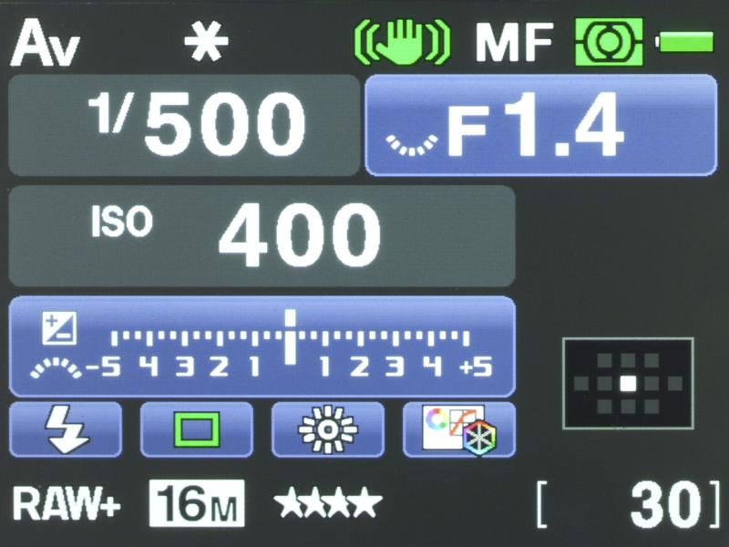 Aレンズを取り付けた時のステータススクリーンの様子。AFエリア選択はスイッチがどの位置にあろうと中央1点になる。
