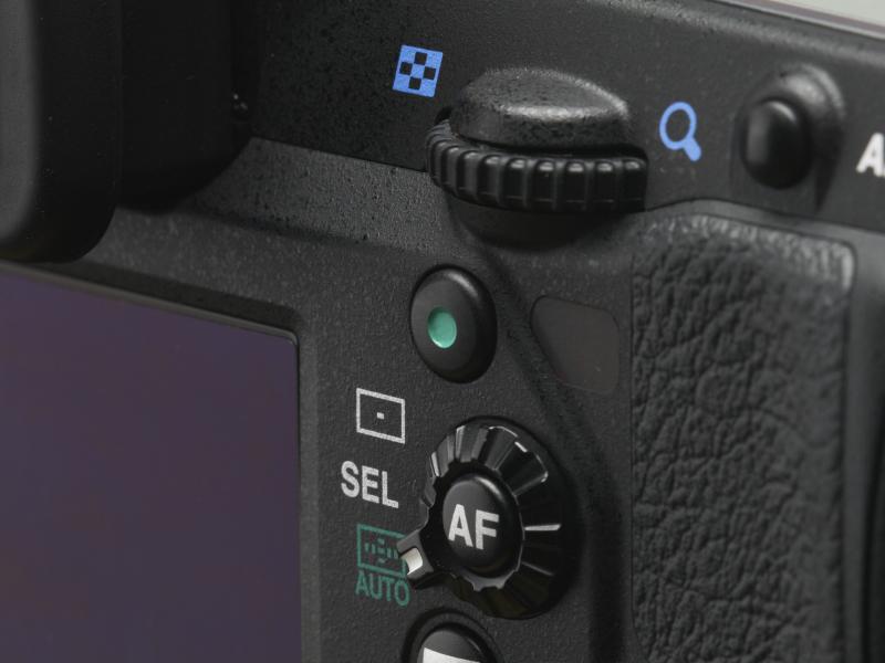 ハイパーマニュアルを操作するのがこのグリーンボタン。後ダイヤルから少し指を降ろせば自然に触れる特等席にレイアウトされる。