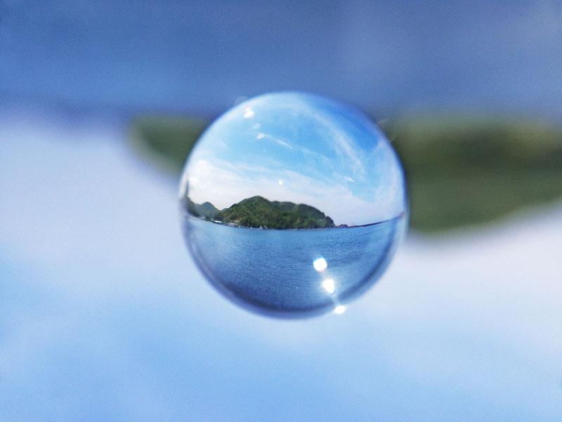 透明球にキラメキが入ってるでしょ。チップスターや金属製の筒だと、これが入らないんです。太陽やそのゴースト、さらには周りの風景を写り込みませるための工作だそうです。
