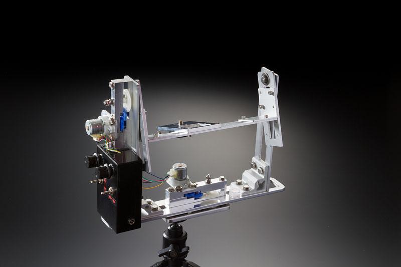 微速度撮影用2軸電動雲台。きちんと設計図を作り、金属の切断、穴あけ、曲げなどの加工も自分でやってしまうのだから恐れ入る。