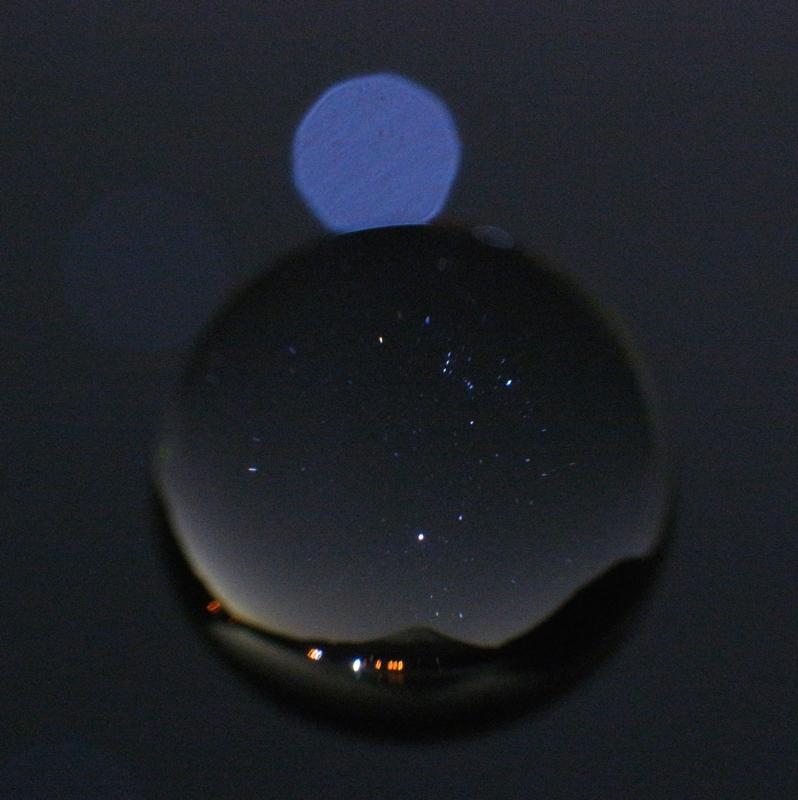 宙玉_富士山と冬の大三角とオリオン。「本栖湖から富士山を望む観望からの撮影。富士山の上に冬の大三角とオリオン座が昇っています。宙玉背景の丸ボケはシリウスの光です」。リコーGXR + GR LENS A12 50mm F2.5 Macro、Mモード、F5.6、60秒、ISO1600