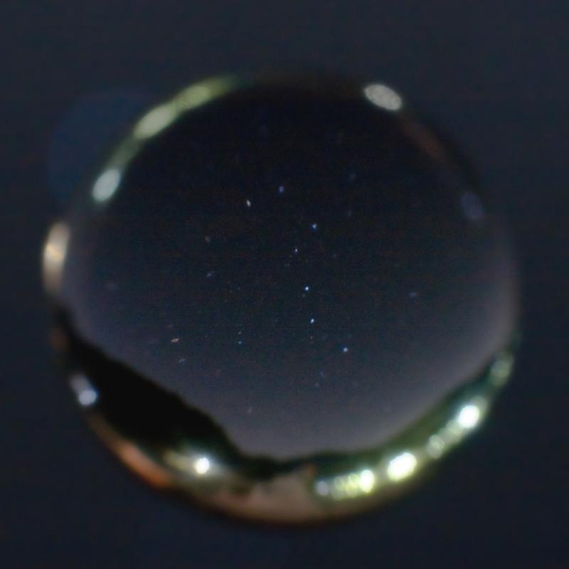 宙玉_北斗七星。「精進湖、湖畔から北北東方面に上る北斗七星(おおぐま座)を宙玉に閉じ込めました。宙玉下方にスワンボートも入れてみたのですが、深度が浅く形状がいまいち判りませんね(笑)」。リコーGXR + GR LENS A12 50mm F2.5 Macro、Mモード、F5.6、120秒、ISO1600
