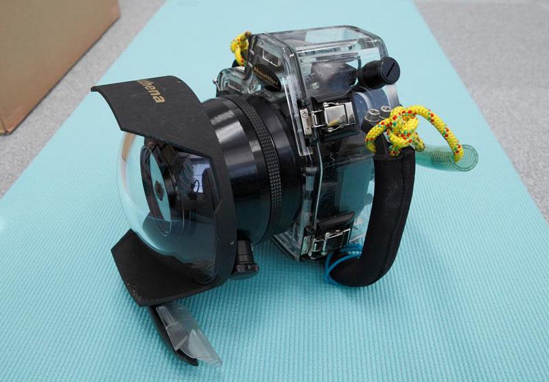 ハウジングに入った宙玉カメラ。ボディ:ノーチラス製ニコンD70用、ポート(筒の部分):アンティス製ニコンマクロ用、ベースポート(ドーム部分):アテナ製ガラスドームポート。