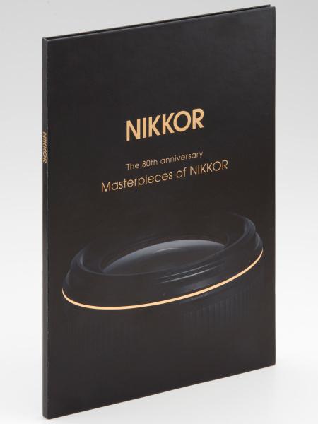 Masterpieces of NIKKOR(左)とシリアルナンバー入り特製ブックマーク(右)。いずれもデザインなどは変更の可能性がある