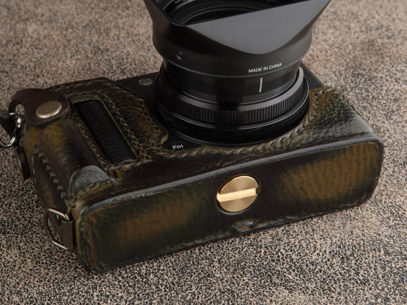 付属の真鍮製のネジで三脚穴に固定する。縦吊り用のDリングも装備している