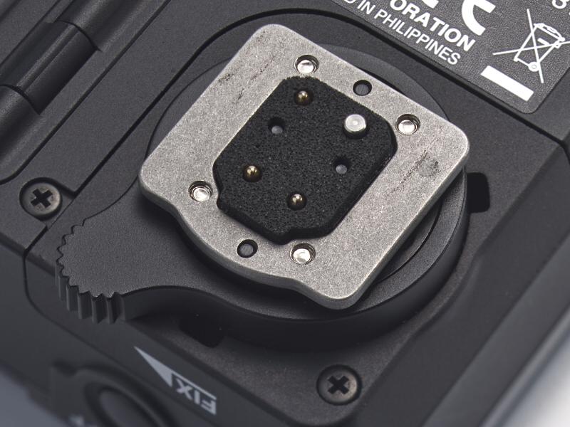 ストロボと共通の連動接点を使い、専用プロトコルで通信を行なう。端子部にはゴムパッキンが施され、カメラに取り付けるとホットシューに密着し、防塵・防滴性を確保する。