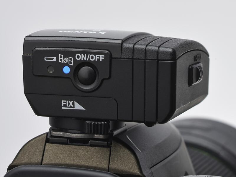 背面の操作部に電源スイッチと動作状態を示すLEDインジケーターを備える。バッテリーや衛星の捕捉状況を、「点灯ならよし」という形で直感的に表示する。