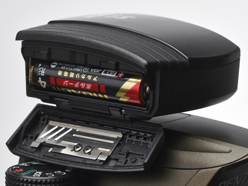 アルカリ単4型電池×1本の動作時間は公称で7時間。朝、出発時に電池交換すれば、1日の行程時間は充分にカバーできる。ニッケル水素電池やリチウム電池にも対応する。