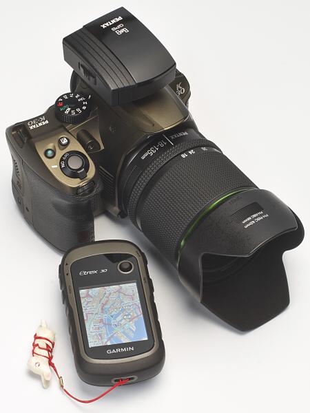 より受信性能の高いGPSロガーをカメラ用GPSユニットと組み合わせて利用することで、悪条件でも確実にジオタグを記録することが可能になる。