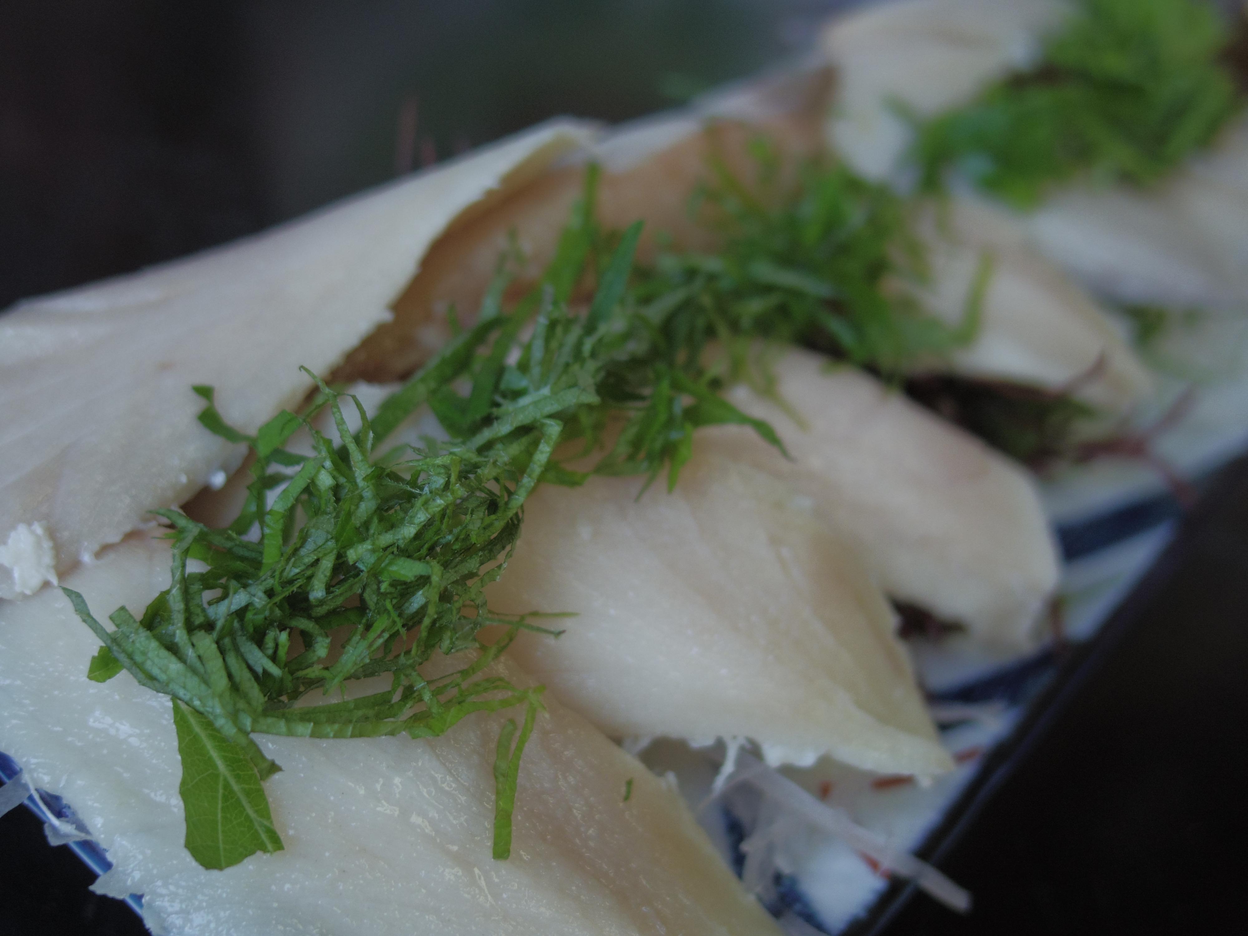 鯖のお刺身。今までの鯖の概念をひっくり返されるくらい美味しかったです! 1/250秒 / F1.9 / 0EV / ISO200 / 絞り優先AE / WB:オート / 8.5mm