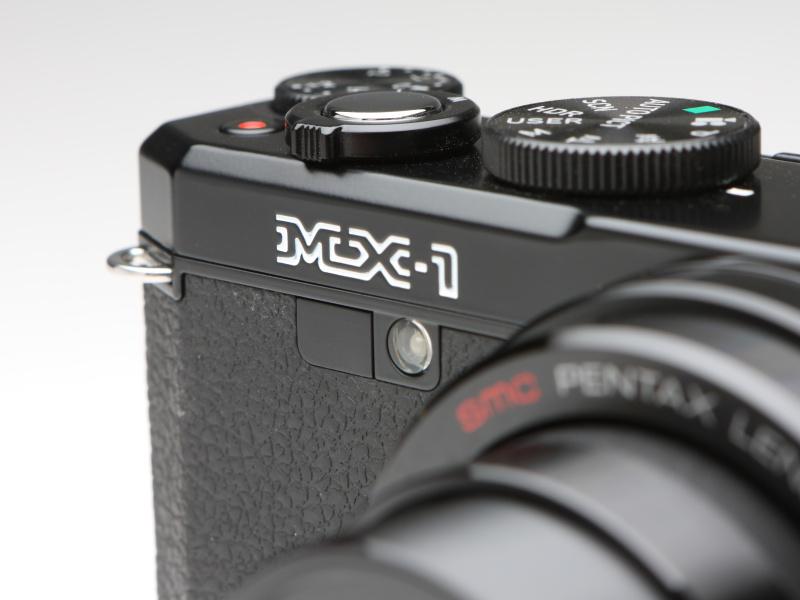 同社のフィルムMF一眼レフMXと同じ書体を使用する。その下の丸い部分はセルフタイマーランプ(AF補助光)、左はリモコン受光部。