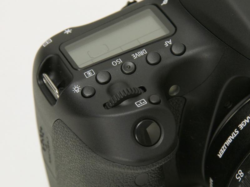 シャッターボタン付近にEOS 60Dになかった測距エリア選択モード切り換えボタンが増えた